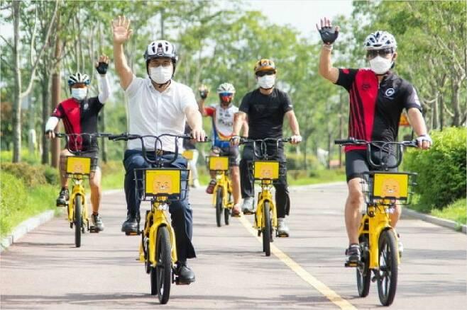 지난달 19일 청라호수공원에서 이재현 인천 서구청장이 자전거 동호회 주민들과 공유자전거 시승식에 참석한 모습. (사진=인천 서구 제공)