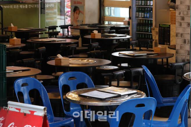 [이데일리 이영훈 기자] 사회적 거리두기 2.5단계 조치 시행 이틀째인 지난 1일 오후 서울 중구 명동 일대에서 직장인들이 패스트푸드를 포장해서 가져가고 있다.