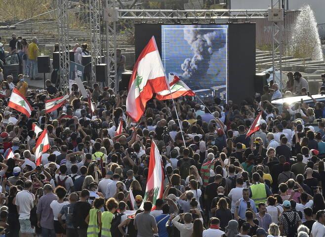레바논 베이루트에서 질산암모늄 폭발사건이 있은 지 일주일 만에 모인 시위 군중의 모습. 연합뉴스
