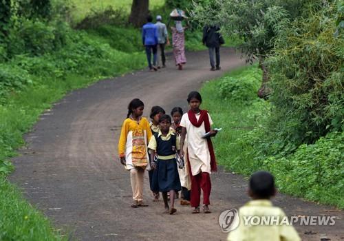 코로나19 사태로 학교가 문을 닫자 과외 수업을 받기 위해 이동 중인 인도 마하라슈트라주의 어린이들. [로이터=연합뉴스]