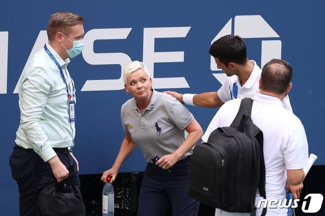 노박 조코비치가 7일(한국시간) US오픈 16강전에서 자신이 친 공에 맞아 쓰러진 선심에게 사과하고 있다.© AFP=뉴스1