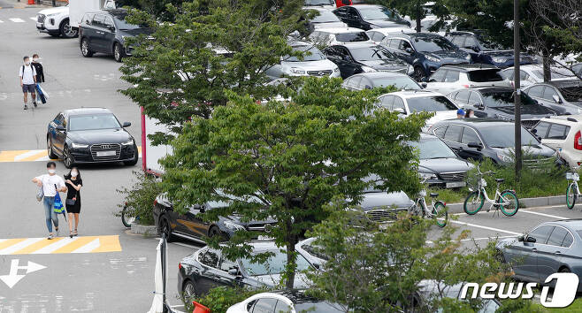수도권 사회적 거리두기 2.5단계가 시행 중인 6일 오후 서울 여의도한강공원 주차장에 차들이 들어차있다./뉴스1 © News1 안은나 기자
