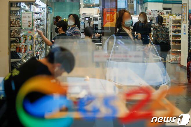 2일 서울 강남구 GS25 강남프리미엄점이 북적이고 있다./뉴스1 © News1 안은나 기자