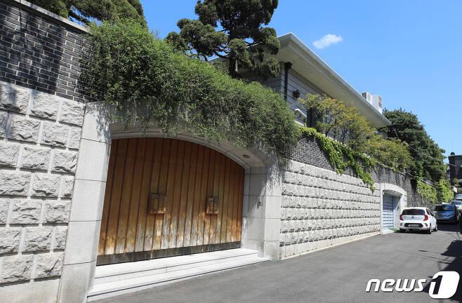서울 연희동 전씨의 자택 앞. 2020.4.26/뉴스1 © News1 구윤성 기자