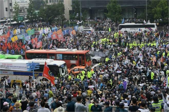 보수단체 집회 참가자들이 15일 오전 서울 종로구 광화문광장에서 8·15 광복절 맞아 집회를 하기 위해 모여들고 있다. 이한형기자