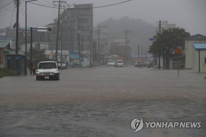 폭우로 물에 잠긴 도로 (강릉=연합뉴스) 양지웅 기자 = 7일 오전 강원 강릉시 안목해변 인근 도로가 폭우로 물에 잠겨있다. 기상청은 제10호 태풍 '하이선'의 영향으로 영동지역에 최고 400㎜ 이상 비가 내릴 것으로 예보했다. 2020.9.7 yangdoo@yna.co.kr