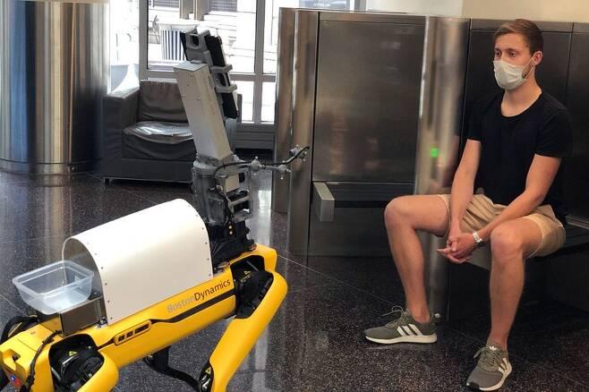미국 보스턴의 브리검 여성병원과 MIT 연구진은 로봇개 스폿의 카메라로 2m 거리에서 사람의 체온과 맥박, 혈중 산소 포화도, 호흡수를 측정하는 데 성공했다./MIT