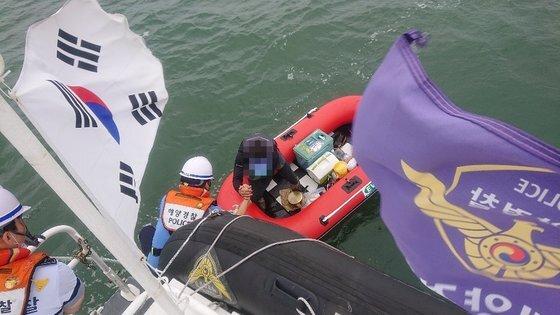 지난 6일 충남 보령시 오천항 앞바다에서 표류 중인 고무보트를 해경이 구조하고 있다 [사진 보령헤경]