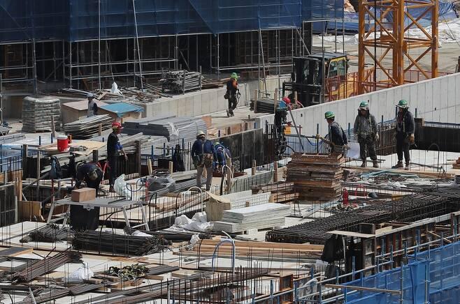 서울 한 아파트 신축공사현장에서 건설노동자들이 작업을 하고 있다. 사진은 해당 기사와 관계되지 않음. /사진제공=뉴스1