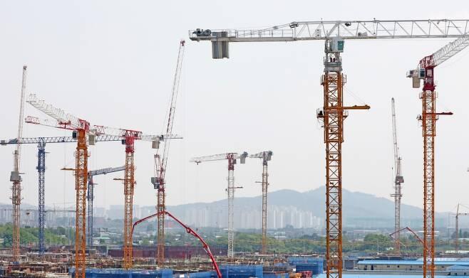 경기도 수원시내 한 아파트 건설 현장에 타워크레인들이 세워져 있다. /사진제공=뉴스1