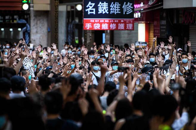 ⓒAFP PHOTO최근 중국은 코로나19, 대미 관계 악화, 홍콩보안법 사태(위), 홍수와 산사태 등 자연 재해로 최대 위기 상황에 처해 있다.