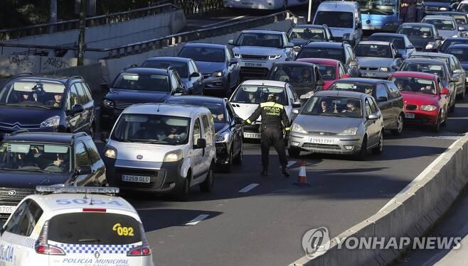 2016년 스페인 마드리드에서 대기오염을 줄이기 위해 교통 경찰들이 도로에서 교통 통제를 하는 모습. [로이터=연합뉴스 자료사진]