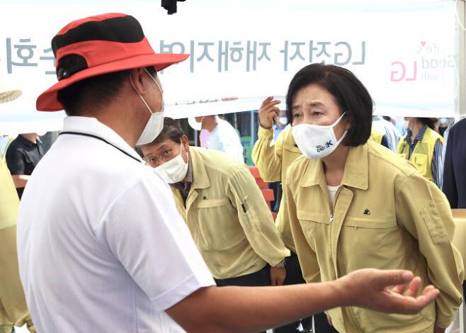 지난달 박영선 중소벤처기업부 장관이 침수 피해를 본 전남 구례 5일시장을 방문해 피해 상인과 대화를 나누고 있다. (사진=중기부)