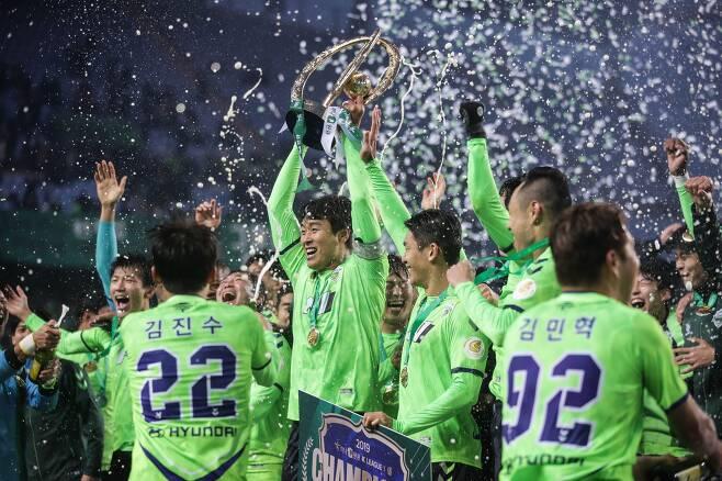 지난해 12월 1일 전주월드컵경기장에서 열린 강원과의 K리그1(1부 리그) 최종전 이후 우승이 확정된 뒤 세리머니를 하는 전북 선수들./한국프로축구연맹