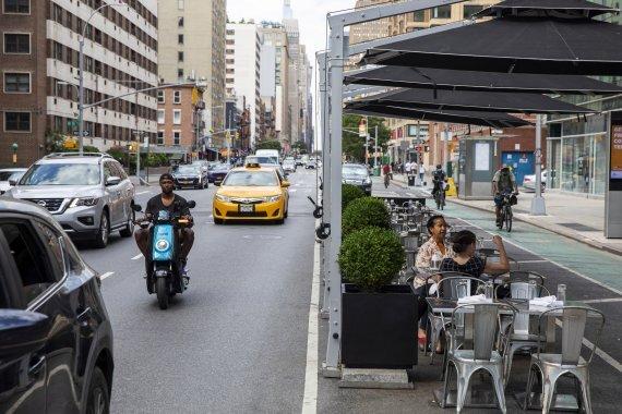 지난 6월 25일 미국 뉴욕주 뉴욕시에서 식당을 찾은 시민들이 실내 좌석이 아닌 야외 좌석에서 식사를 하고 있다.로이터뉴스1