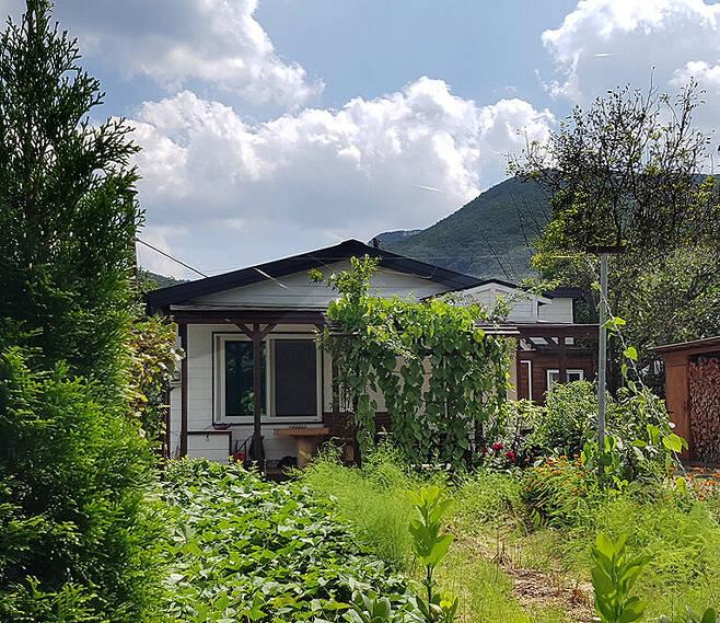 고익봉씨는 충북 괴산군 연풍면 적석리에 직접 목조주택을 짓고 4년째 살고 있다. 그는 아내와 함께 4개월 동안 이 집을 손수 지었다고 했다. 사진 고익봉 제공