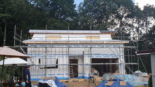 이재만씨가 경기도 양평군 지평면에 짓고 있는 목조주택의 외부. 사진 이재만 제공