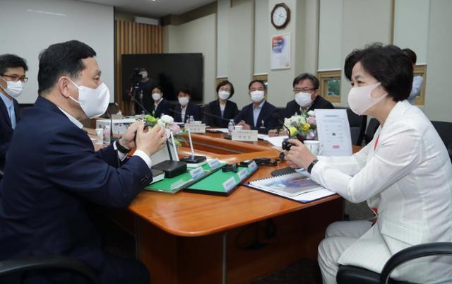 추미애(오른쪽) 법무부 장관이 9일 서울 동대문구 소재 위치추적중앙관제센터를 방문해 강호성(왼쪽) 법무부 범죄예방정책국장으로부터 신형 전자발찌에 대해 설명을 듣고 있다. 법무부 제공