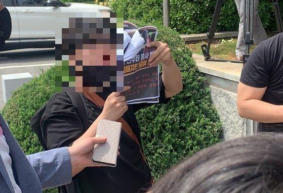 지난 5월 18일 경북 안동경찰서 앞에서 텔레그램 n번방 원조 격인 '갓갓' 문형욱이 검찰로 송치되는 현장에서 '트럼피' A씨가 현장에 나타나 시위를 벌이고 있는 모습. 김정석기자