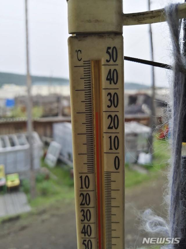 [베르호얀스크=AP/뉴시스] 지난 6월21일 오전 1시께 시베리아 베르호얀스크 마을에 위치한 온도계가 30도를 가리키는 모습. 2020.6.24.