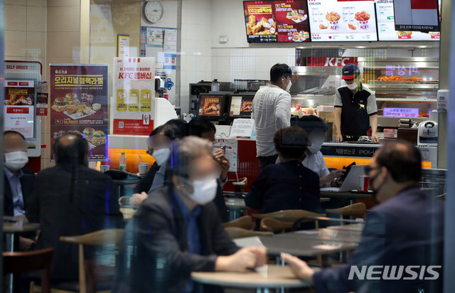 [서울=뉴시스] 박미소 기자 = 사회적 거리두기 2.5단계가 13일 자정까지 연장된 가운데 8일 서울 시내의 한 패스트푸드 전문점을 찾은 시민들이 매장 내에서 식사를 하고 있다. misocamera@newsis.com