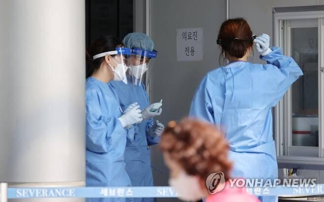 서울 서대문구 세브란스병원 본관 앞에 마련된 안심진료소 [연합뉴스 자료사진]