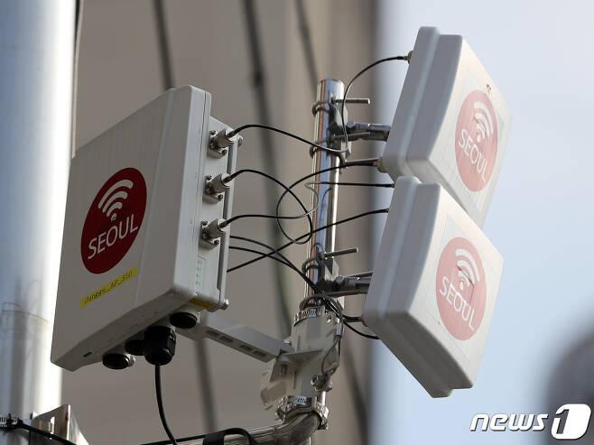 서울 시내에 공공 와이파이 중계기가 설치돼 있다. 2020.9.9/뉴스1 © News1 이성철 기자