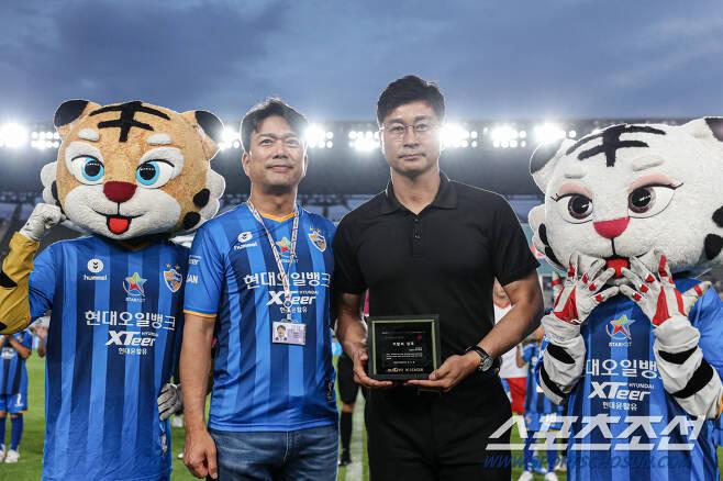 지난해 이달의 감독상 시상식, 울산 김도훈 감독과,김광국 단장 프로축구연맹