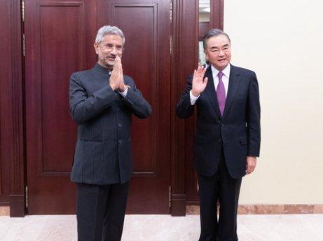 왕이 중국 외교부장(오른쪽)과 자이샨카르 인도 외교부 장관이 10일 모스크바에서 열린 상하이협력기구(SCO) 외교장관 회의에서 만났다. [중국 외교부 홈페이지 캡쳐]