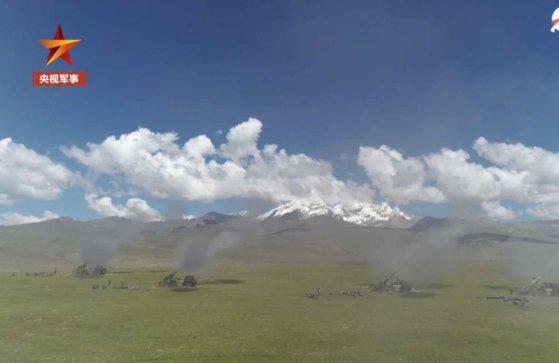 중국 인민해방군 신형 로켓 부대가 10일 티베트 고원에서 훈련을 벌이고 있다. [둬웨이 캡쳐]