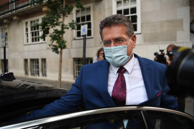 마로스 세프코비치 유럽위원회 부위원장이 10일(현지시간) 영국 런던에서 브렉시트 협상을 마치고 유럽위원회 런던 사무소를 나서고 있다. 영국과 EU 협상단은 다가오는 10월 마감일 전에 브렉시트 합의안을 타개하기 위해 이번 주에 회담을 가질 예정이다. [EPA]