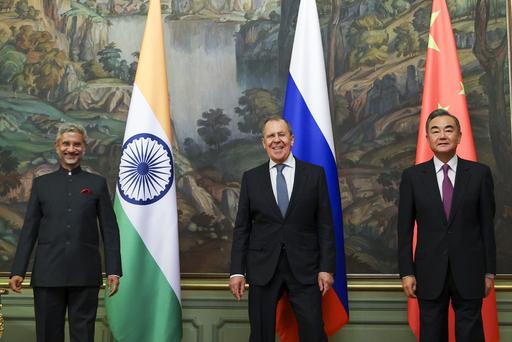 10일(현지시간) 러시아 모스크바에서 열린 상하이협력기구(SCO)외교장관 회의에 참석한 왕이 중국 외교담당 국무위원 겸 외교부장(오른쪽)과수브라마냠 자이샨카르 인도 외교장관(왼쪽)이 기념사진을 촬영하고 있다. 가운데는 세르게이 라브로프 러시아 외무장관. 모스크바=AP연합뉴스