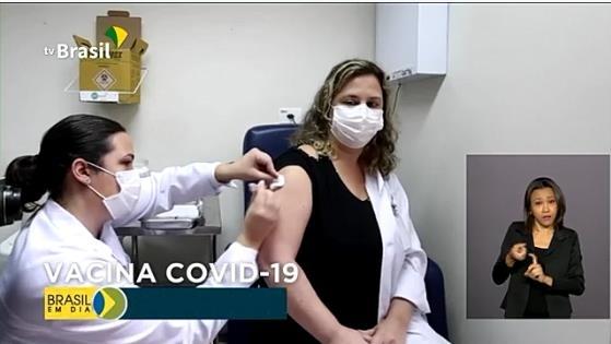 브라질의 백신 임상시험 장면 브라질 정부는 품질과 효능, 안전성이 입증된 코로나19 백신을 확보하고 이를 적절하게 분배하는 방안을 마련하기 위한 범정부 실무그룹을 보건부에 설치해 운영할 것이라고 밝혔다. [국영 TV 브라질]
