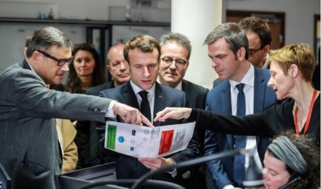 에마뉘엘 마크롱 프랑스 대통령(가운데)이 파리의 한 응급의료소를 방문해 코로나19에 관한 설명을 듣고 있다. 연합뉴스 제공