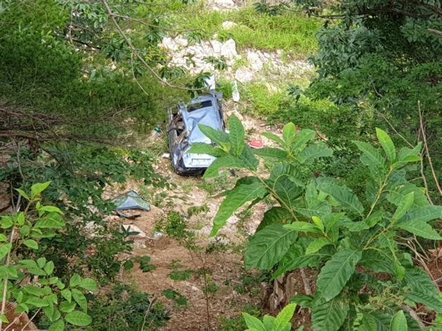 경찰이 지난 7월1일 최모(47)씨의 실종 신고를 받고 나흘 뒤 경북 울진군 금강송면 불영계곡에서 발견한 최씨의 차량. 도로에서 계곡 아래 높이는 70m쯤 된다. 울진경찰서 제공