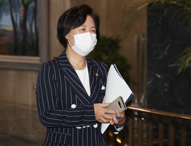 추미애 법무부 장관이 11일 종로구 정부서울청사에서 나오고 있다. 뉴스1