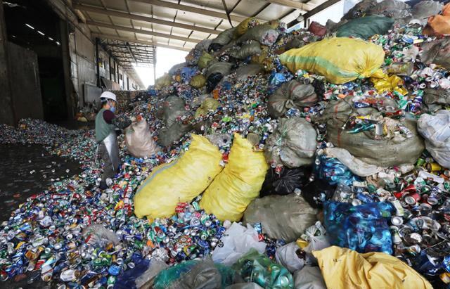 코로나 19 재확산으로 인한 '언택트' 소비로 재활용 쓰레기가 늘어가고 있다. 지난 8일 서울 송파구 송파자원순환공원에서 직원들이 재활용품 분류작업을 하고 있다. 뉴스1