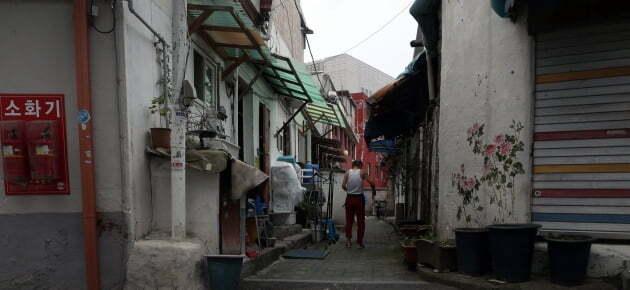 서울 시내 쪽방촌. 8월 고용동향에 따르면 상용근로자는 늘고 일용근로자 및 임시근로자 수가 줄어들었다. 코로나19 사태가 장기화되면서 취약계층의 고용이 악화되고 있다. /사진=뉴스1