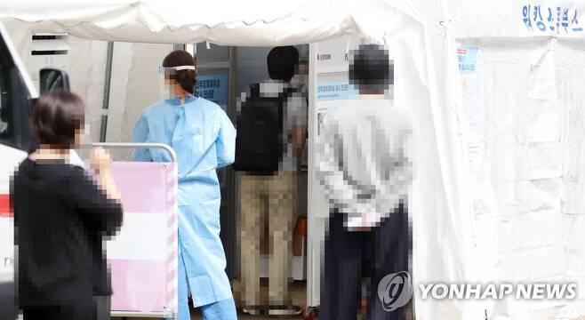 코로나19 검사 기다리는 시민들 [연합뉴스 자료사진]
