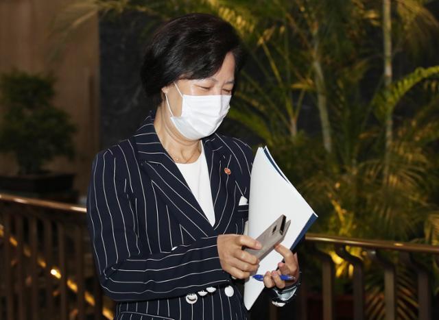 추미애 법무부 장관이 11일 오후 서울 종로구 정부서울청사에서 나오고 있다. 뉴스1