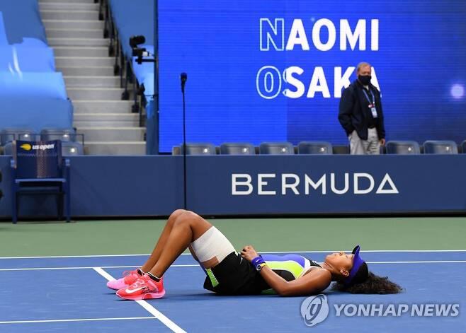 코트 바닥에 누워있는 오사카. [로이터=연합뉴스] Mandatory Credit: Robert Deutsch-USA TODAY Sports