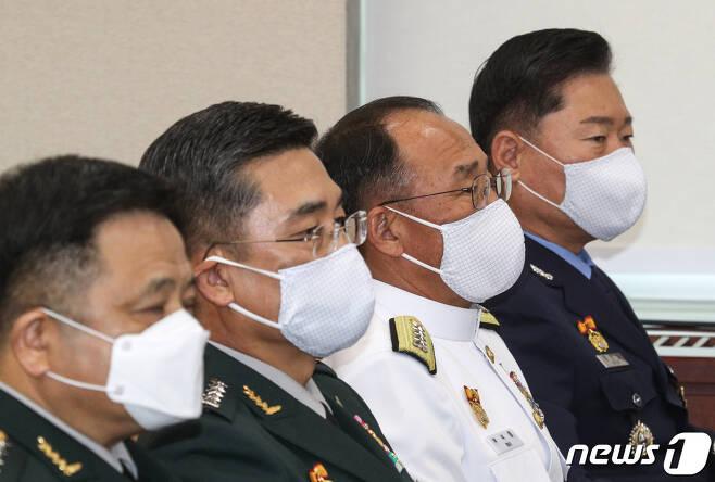 왼쪽에서 두번째 서욱 국방부 장관 후보자와 왼쪽에서 네번째 원인철 합참의장 후보자의 모습2020.7.28/뉴스1 © News1 성동훈 기자