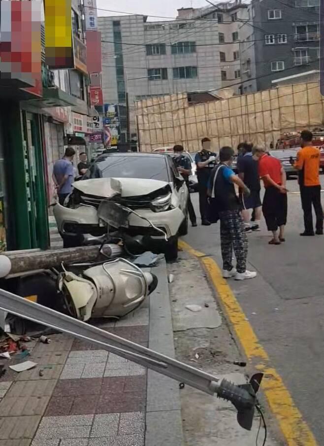6일 오후 3시30분쯤 서울 서대문구 홍은동의 한 햄버거 가게 앞에서 소형 SUV가 들이받아 전봇대가 쓰러져있다. 이 전봇대에 부딪힌 6세 남자 아이는 병원에 실려갔으나 끝내 숨졌다./독자제공