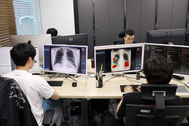 의료AI 전문기업 뷰노 연구진들이 인공지능 솔루션을 연구하고 있다. 뷰노 제공.
