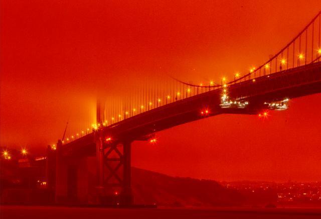 9일 미 서부에서 동시다발적으로 발생한 산불과 연기로 캘리포니아주 샌프란시스코의 명물 금문교 주변 하늘이 온통 붉게 물들어 있다. 샌프란시스코=AP 연합뉴스