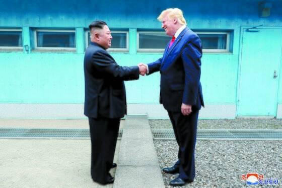 """지난해 6월 30일 판문점 군사분계선을 사이로 두고 악수하는 김정은 북한 국무위원장과 도널드 트럼프 미국 대통령. 김 위원장은 트럼프 대통령이 뉴욕타임스 1면에 난 사진을 보내며 """"대성공(big time)""""이라고 한 지 한 달 뒤 한미 지휘소연습 발표를 놓고 """"누구를 공격하는 연합훈련이냐. 매우 기분이 상했다""""고 항의하는 서한을 보냈다.[연합뉴스]"""