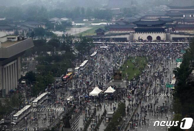 광복절인 15일 서울 종로구 광화문광장에서 자유연대 등 보수단체 회원들이 대규모 집회를 열고 행진하고 있다./사진=뉴스1
