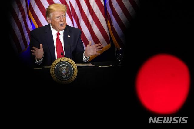 [라스베이거스=AP/뉴시스]도널드 트럼프 미국 대통령이 13일(현지시간) 라스베이거스에서 라틴 공동체를 위한 원탁회의를 하고 있다. 2020.09.14.