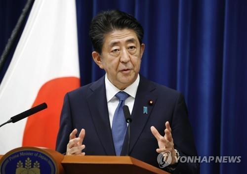 아베 신조 일본 총리가 지난달 28일 총리관저에서 기자회견을 하고 있다. 아베 총리는 이 자리에서 사의를 밝혔다. 차기 총리로 유력한 스가 요시히데 관방장관은 '아베 내각 계승'을 표방하고 있다. [교도=연합뉴스 자료사진]