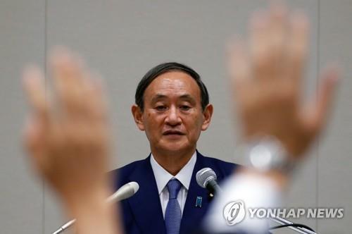 (도쿄 로이터=연합뉴스) 2일 도쿄에서 열린 스가 요시히데 관방장관에서 기자들이 질문하기 위해 손을 들고 있다.